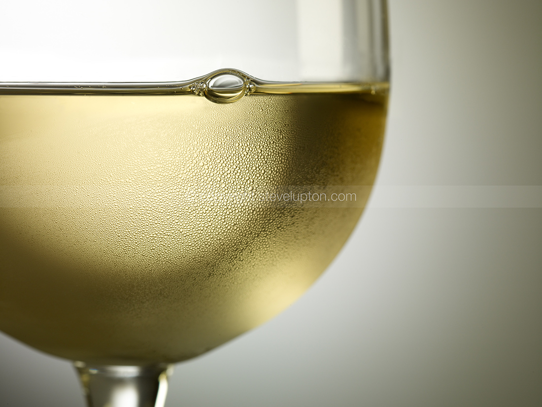 Chilled white wine 010578opt